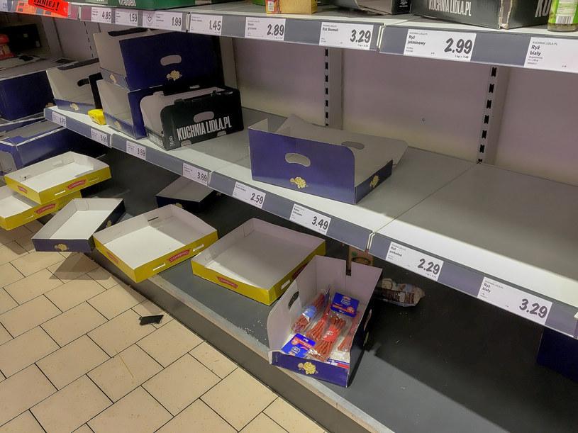 Puste półki w jednym ze sklepów w Poznaniu /Przemyslaw Graf /Reporter