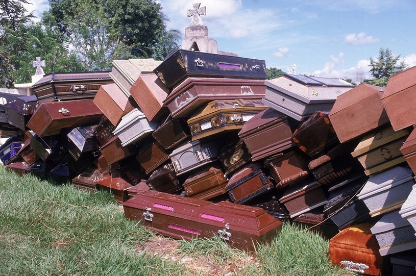 Puste trumny zgromadzone na lokalnym cmentarzu. Szacuje się, że w wyniku katastrofy mogło zginąć blisko 29 tysięcy ludzi / Robert Nickelsberg / Contributor /Getty Images
