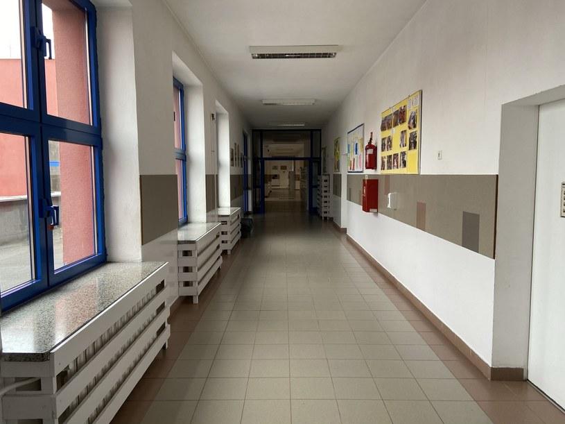 Pusty, szkolny korytarz. /INTERIA.PL