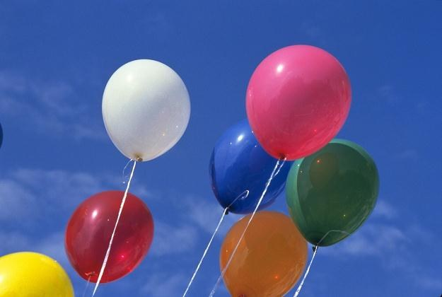 Puszczanie baloników jest ważnym symbolem dla rodziców, którzy stracili swoje dzieci /East News