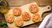 Puszysta minipizza z mięsnym sosem i oscypkiem