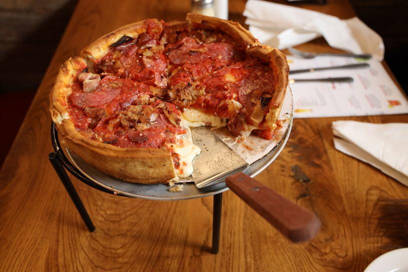 Puszysta pizza amerykańska na grubym cieście /123RF/PICSEL