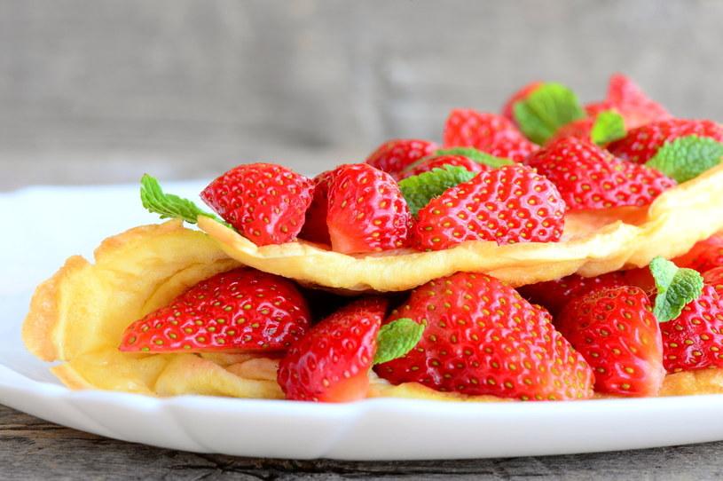 Puszysty omlet z truskawkami na śniadanie pomoże nam miło rozpocząć dzień /123RF/PICSEL