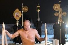 """Putin """"na zimno"""". Prezydent Rosji wziął udział w rytualnej kąpieli w lodowatej wodzie"""