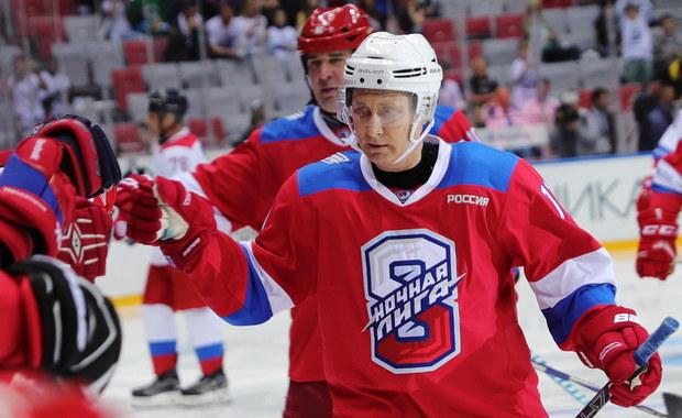 Putin gwiazdą lodowiska. Strzelił kilka bramek, na koniec się... przewrócił