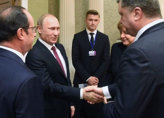 Putin i Poroszenko podają sobie ręce w Mińsku /ANDREI STASEVICH /PAP/EPA