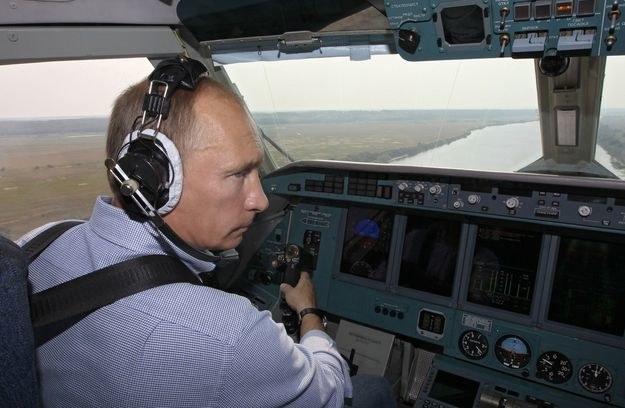 Putin za sterami Be-200 - rosyjskiej łodzi latającej /AFP
