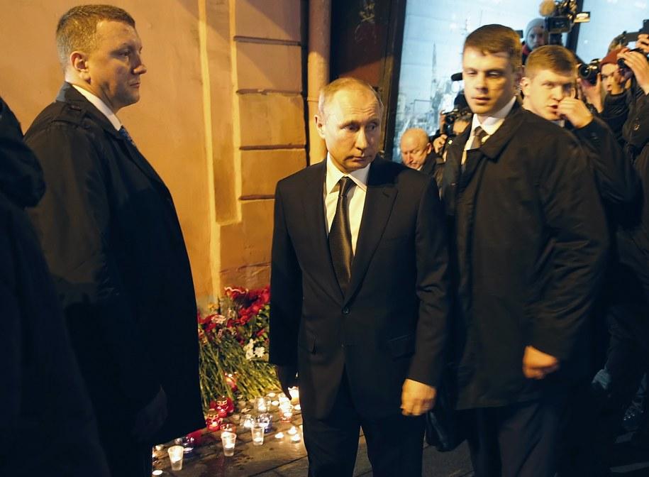 Putin złożył kwiaty przy stacji metra w Petersburgu /ANATOLY MALTSEV  /PAP/EPA
