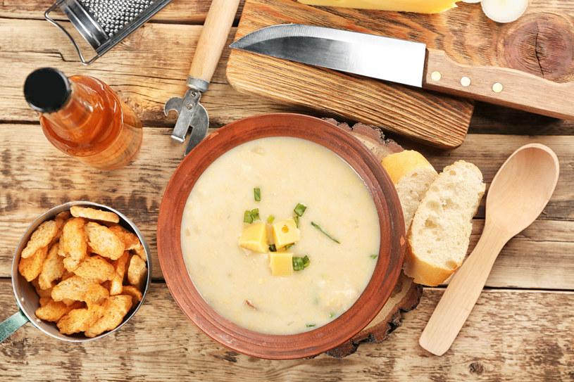 Pyszna, gęsta i aromatyczna zupa serowo-ziemniaczana zachwyci twoich gości /123RF/PICSEL