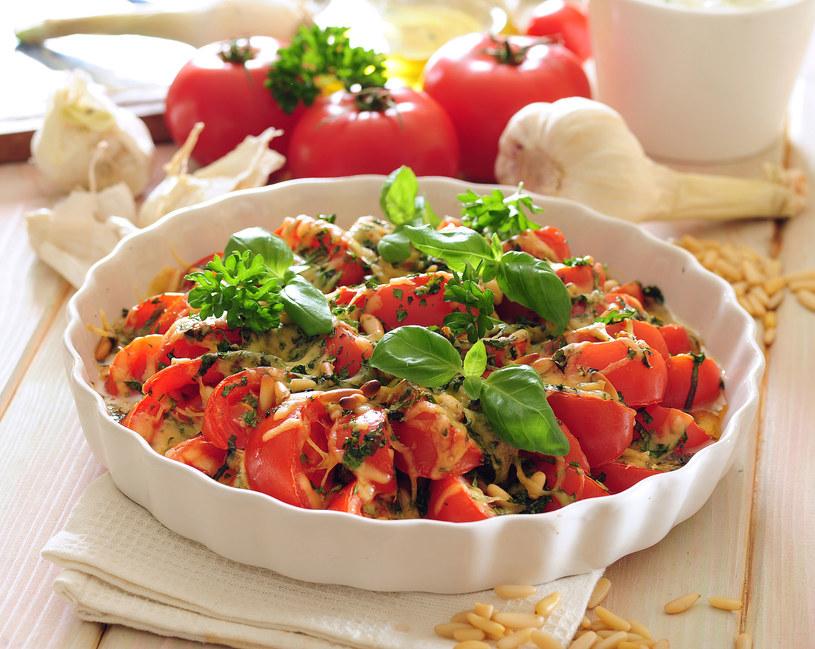 Pyszna śródziemnomorska serowa zapiekanka z pomidorami i bazylią. /123RF/PICSEL