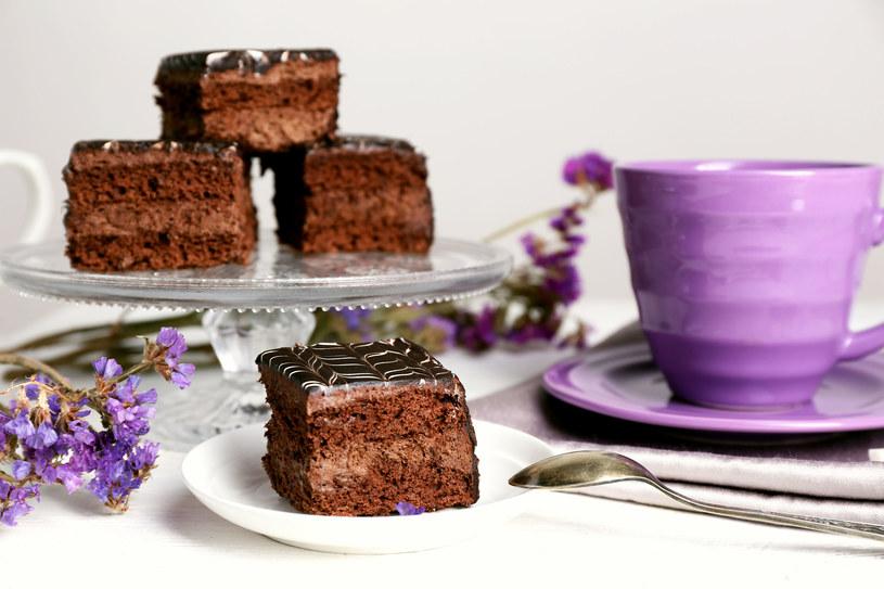 Pyszne ciasto czekoladowe przekładane kremem /123RF/PICSEL