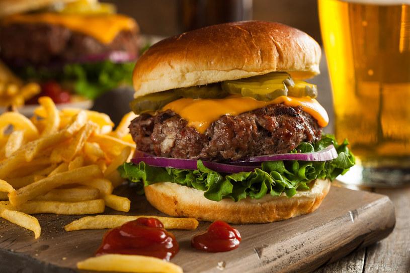 Pyszne, domowe burgery wołowe z frytkami /123RF/PICSEL