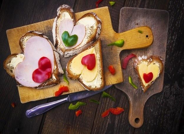Pyszne i kolorowe kanapki z serem /materiały prasowe