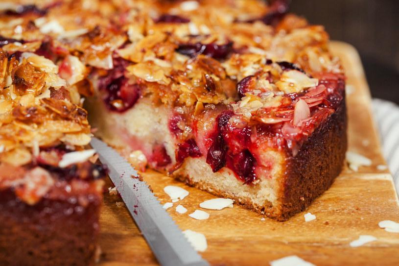 Pyszne i lekkie ciasto idealnie nadaje się na rodzinne popołudnia /123RF/PICSEL