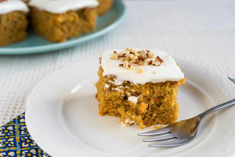 Pyszne i wilgotne ciasto marchewkowe /123RF/PICSEL
