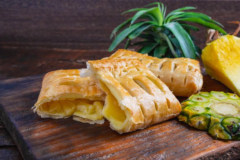 Pyszne połączenie- ananas w cieście francuskim /123RF/PICSEL