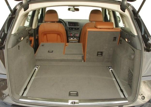 Q5 idealnie sprawdza się w roli samochodu rodzinnego. Bagażnik ma 540 l, a po złożeniu tylnych oparć – 1560 l. /Motor