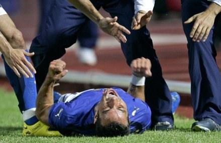 Quagliarella po starciu z kolegą na treningu padł na murawę. Okazało się, że złamał nos /AFP