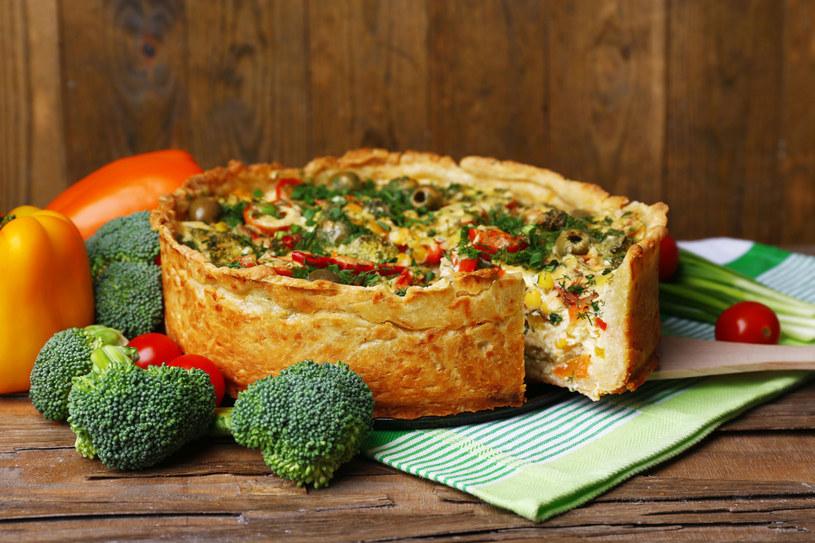 Quiche z powodzeniem zastąpi tartę, pizzę lub placki ziemniaczane. Możliwości przyrządzania jest mnóstwo! /123RF/PICSEL