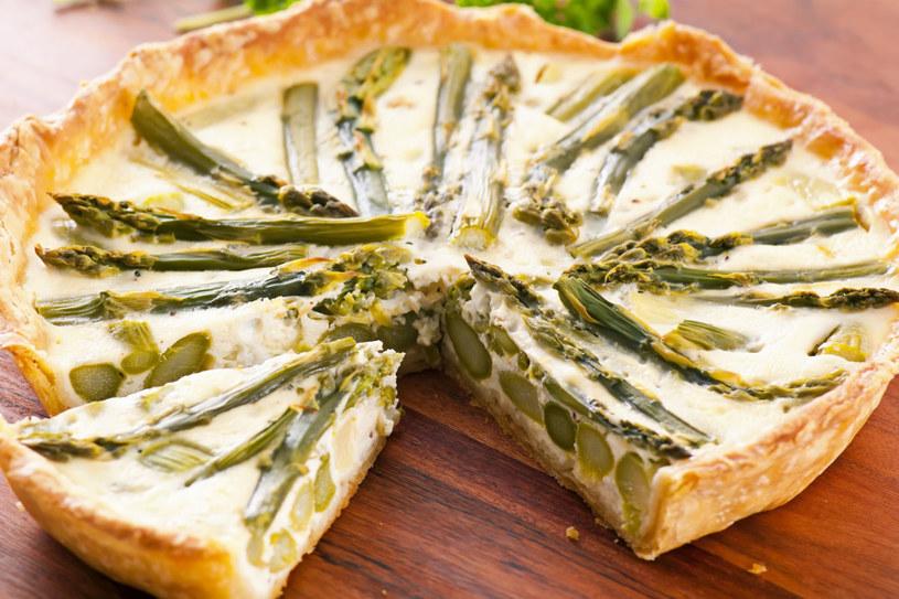 Quiche z zielonymi szparagami /123RF/PICSEL