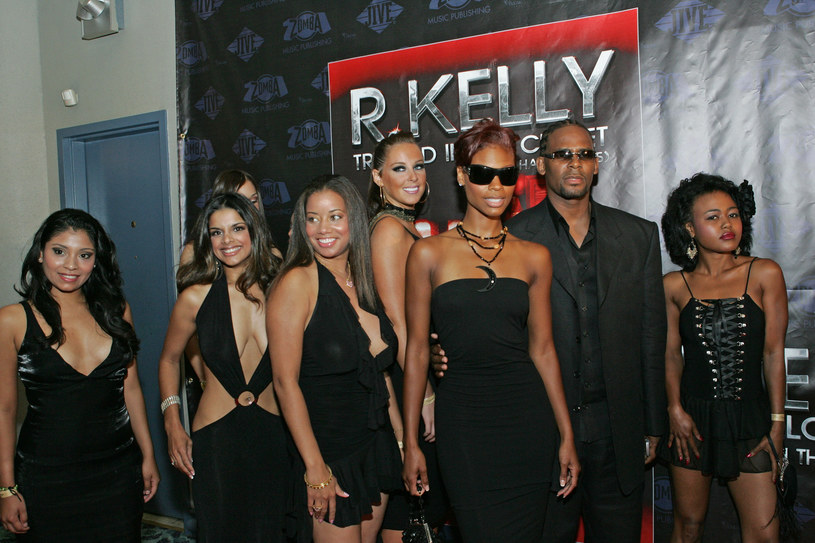 R. Kelly wraz z Cat Wilson i gośćmi podczas premiery ''Trapped in the Closet, Chapters 1-5'' /Barry Brecheisen /Getty Images