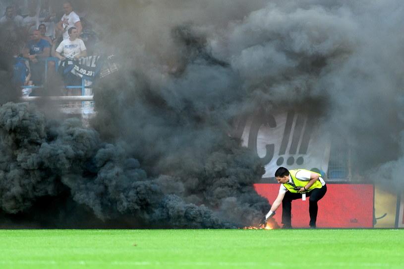 Race rzucone na boisko /Jakub Kaczmarczyk /PAP