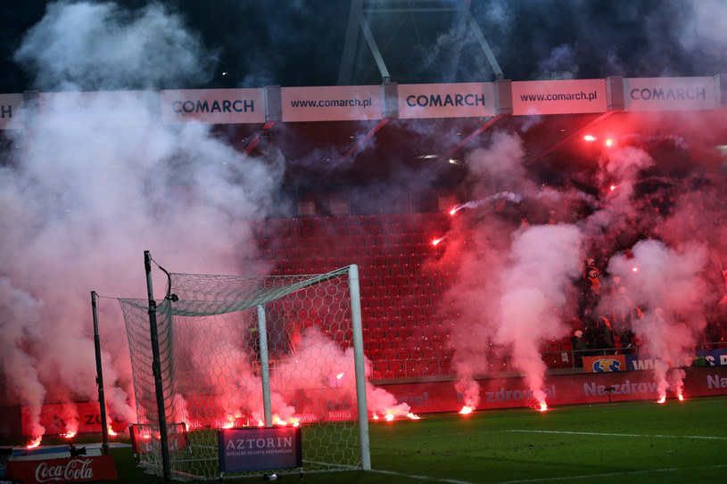 Race rzucone przez fanów Cracovii w kierunku sektora kibiców Wisły /ANDRZEJ BANAS / POLSKA PRESS /East News