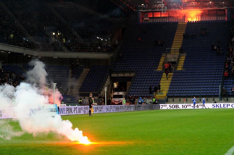 Race wystrzelone przez pseudokibiców spowodowały przerwę w meczu Wisła - Ruch /Fot. Joanna Żmijewska /INTERIA.PL