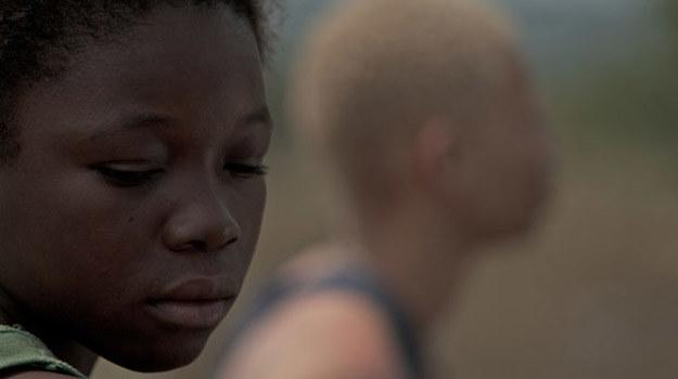"""Rachel Mwanza w scenie z filmu """"Wiedźma wojny"""" /materiały dystrybutora"""
