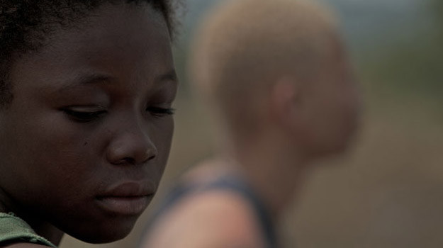 """Rachel Mwanza w scenie z filmu """"Wiedźma wojny"""". /materiały dystrybutora"""