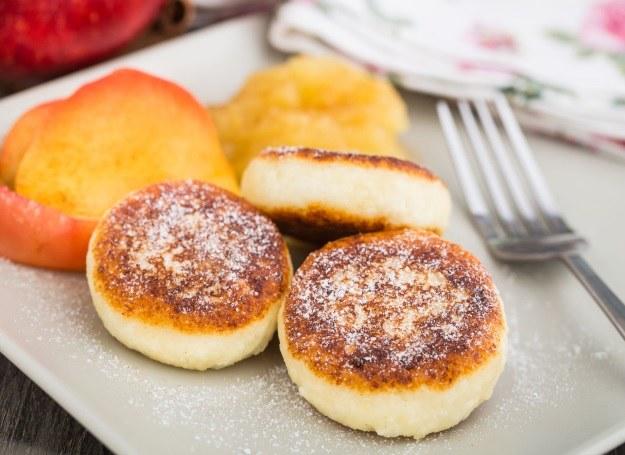 Racuchy z jabłkami możesz przygotować na kilka pysznych sposobów /123RF/PICSEL