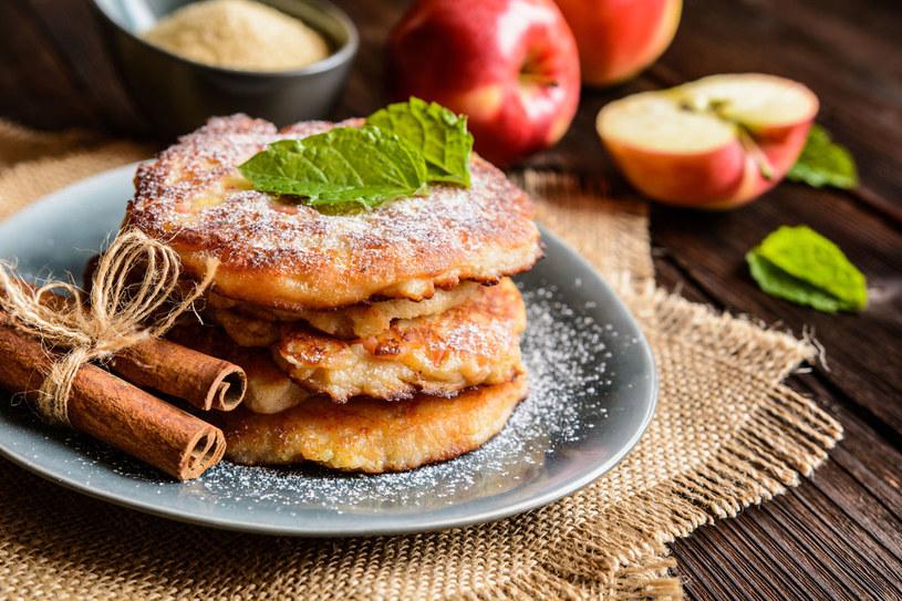 Racuchy z jabłkami /123RF/PICSEL