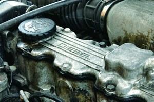 Radą na zwiększone zużycie oleju są jedynie dolewki, najczęściej niedrogiego oleju mineralnego. Remont to zbyt kosztowna opcja. /Motor