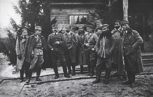 Rada Pułkowników Legionów Polskich. Na zdjęciu m.in. Władysław Belina-Prażmowski (czwarty z lewej) i Edward Rydz-Śmigły (trzeci z prawej) fot. Jagiellońska Biblioteka Cyfrowa /Wikimedia