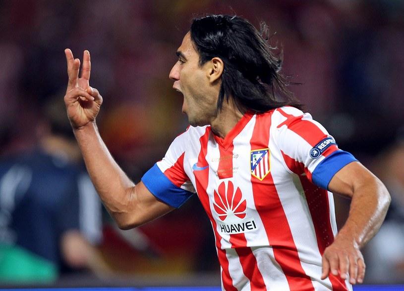Radamel Falcao pokazuje na palcach, ile goli strzelił Chelsea /AFP