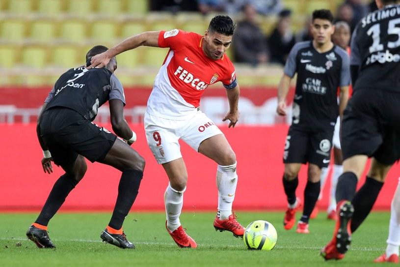 Radamel Falcao walczy o piłkę z zawodnikami Metz /AFP
