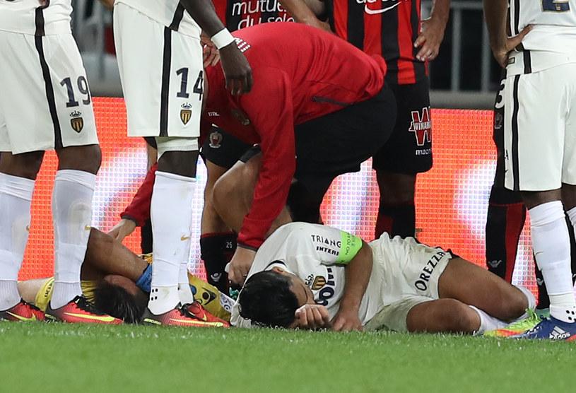 Radamel Falcao (z prawej) został znokautowany przez bramkarza Nice /AFP
