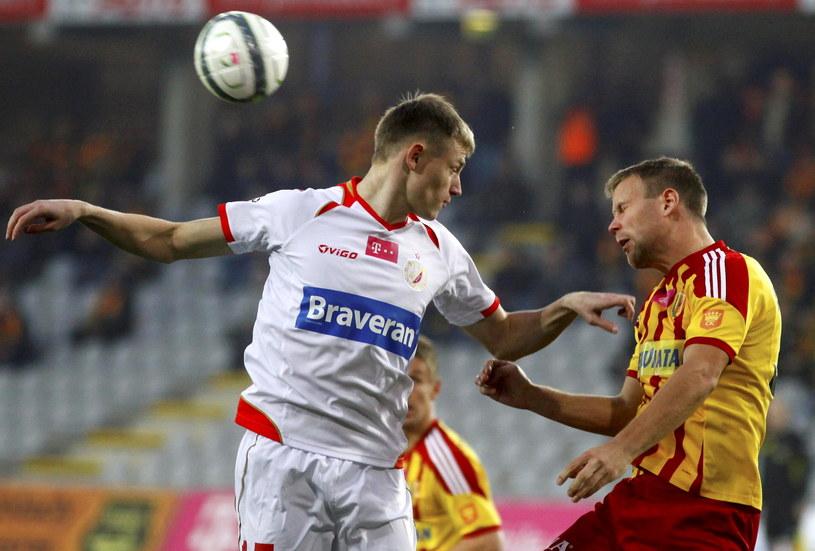 Radek Dejmek (z prawej) walczy o piłkę z Eduardsem Visnakovsem /Fot. Michał Walczak /PAP