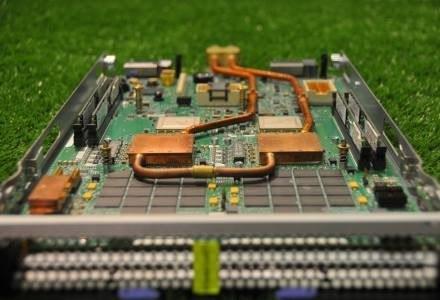 Radiatory wodne są na razie przykręcone ręcznie do jednostek CPU kaset superkomputera.  IBM Zürich /HeiseOnline