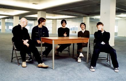 Radiohead (Jonny Greenwood w środku) /