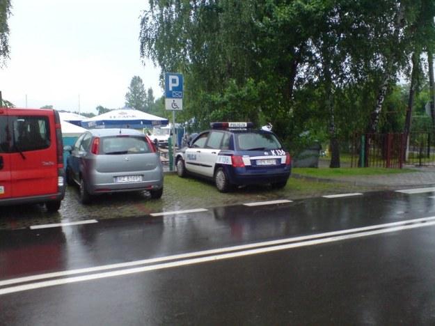 Radiowóz i mistrz parkowania.