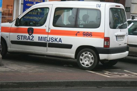 Radiowóz Straży Miejskiej w Krakowie parkujący na miejscu dla niepełnosprawnych /poboczem.pl