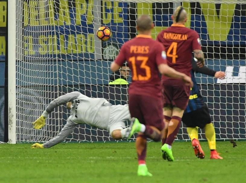 Radja Nainggolan strzela gola dla Romy /DANIEL DAL ZENNARO  /PAP/EPA