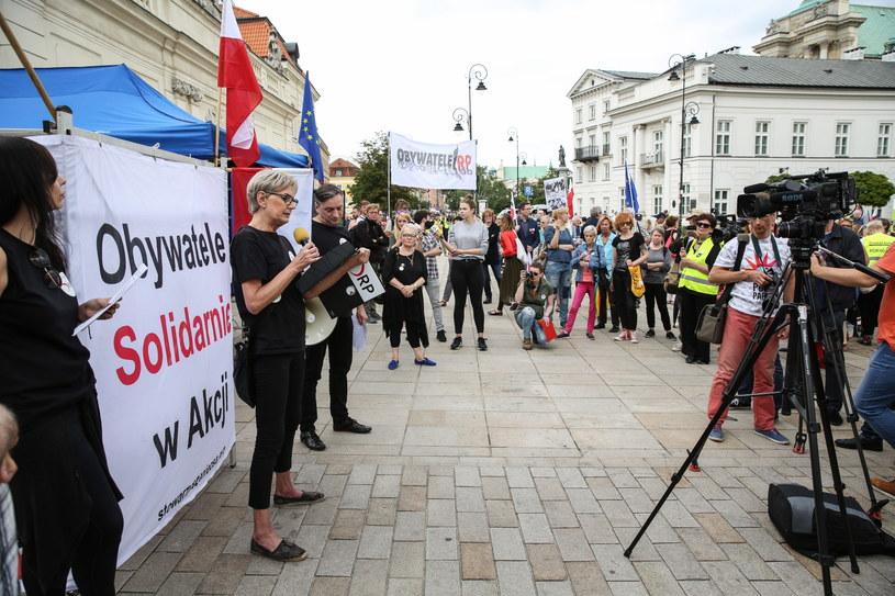 Radna Częstochowy i liderka Demokratycznej RP Jolanta Urbańska (2L) podczas pikiety poparcia dla delegalizacji ONR /Rafał Guz /PAP