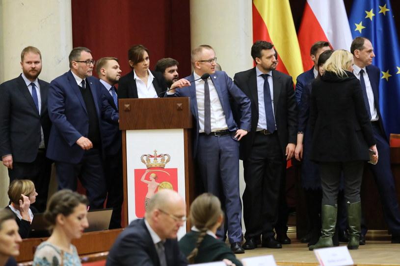 Radni PiS podczas obrad Rady Warszawy / Tomasz Gzell    /PAP