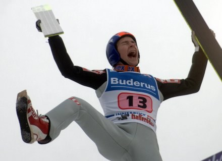 Radość Andersa Jacobsena po wygraniu konkursu na skoczni Bergisel /AFP