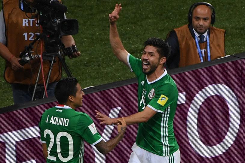 Radość meksykańskich piłkarzy - Javier Aquino (z lewej) i strzelec drugiego gola Oribe Peralta /AFP