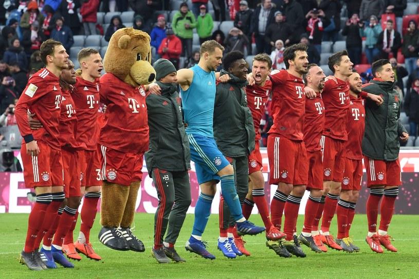 Radość piłkarzy Bayernu. Robert Lewandowski stoi trzeci od prawej /AFP