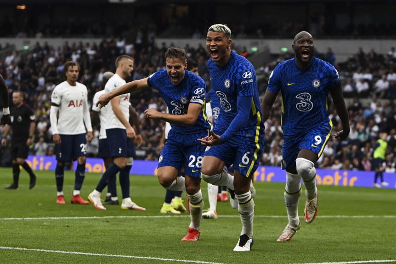 Radość piłkarzy Chelsea po golu Thiago Silvy (na pierwszym planie) /PAP