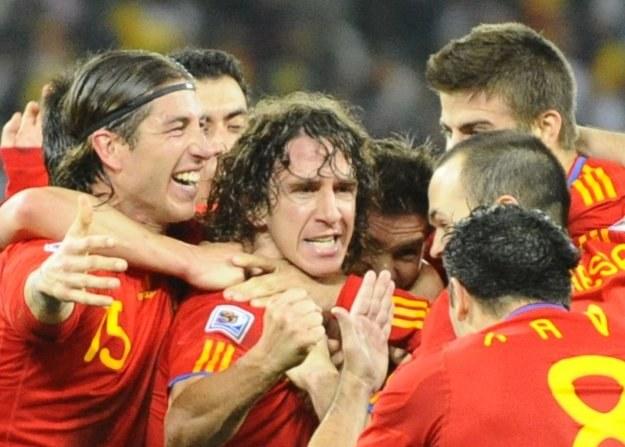Radość piłkarzy Hiszpanii po zwycięstwie z Niemcami w półfinale MŚ w RPA /AFP